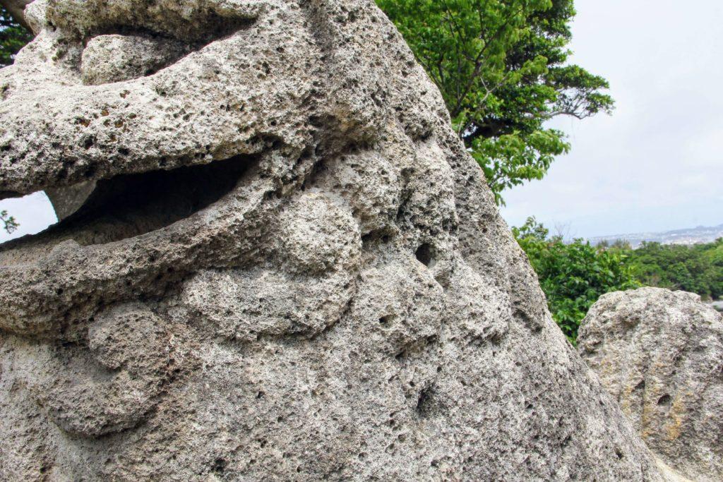 富盛の石彫大獅子 体に残る丸い銃弾の跡