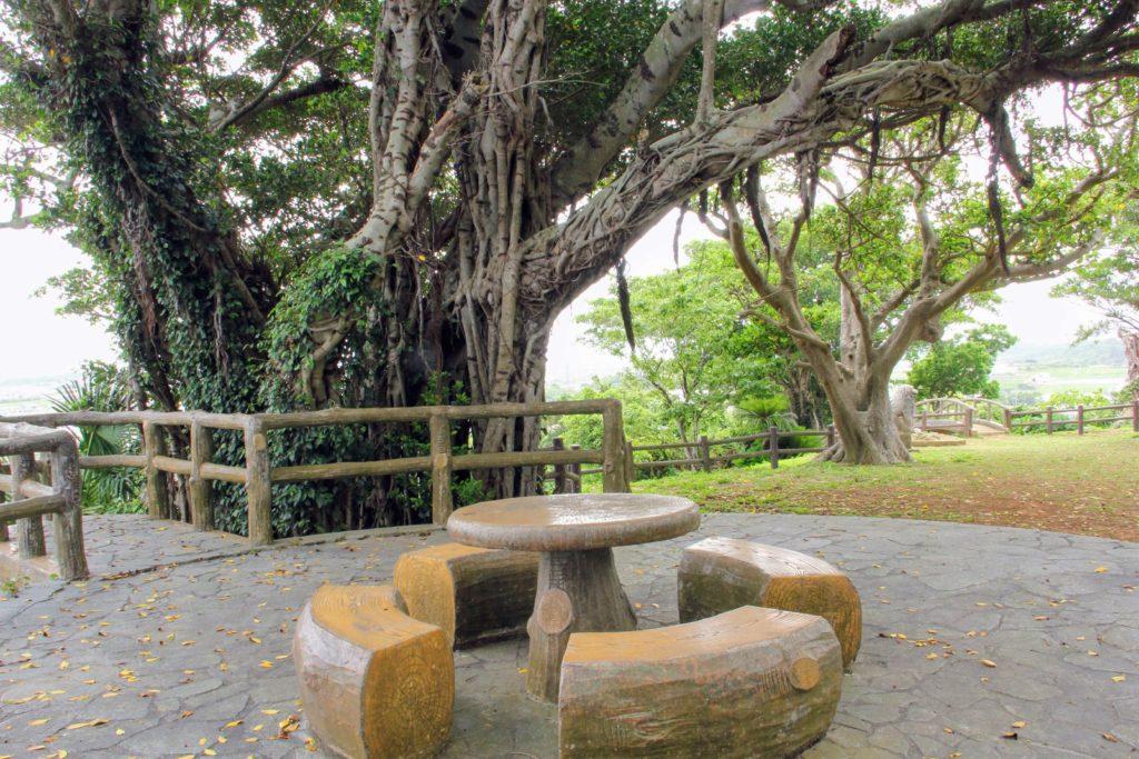 富盛の石彫大獅子のすぐ近くに設置されているベンチ