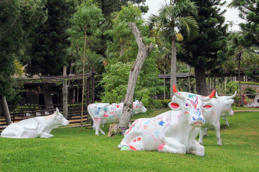 『東南植物楽園』カウ・アートでペインティングされた牛の置物