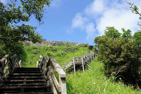 『玉城城跡』城門に続く階段