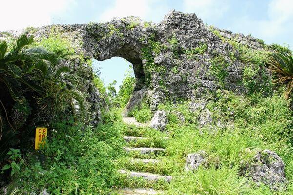 『玉城城跡』城門へ続く道