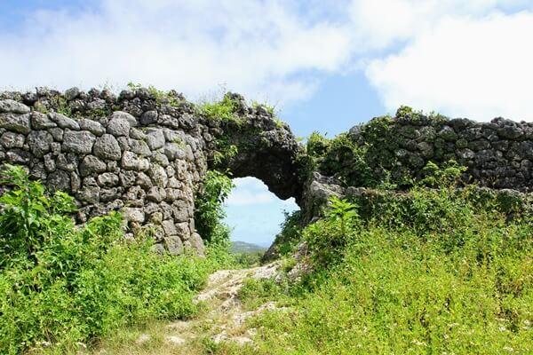 『玉城城跡』この穴から日の出の光が差し込むところが見られます。