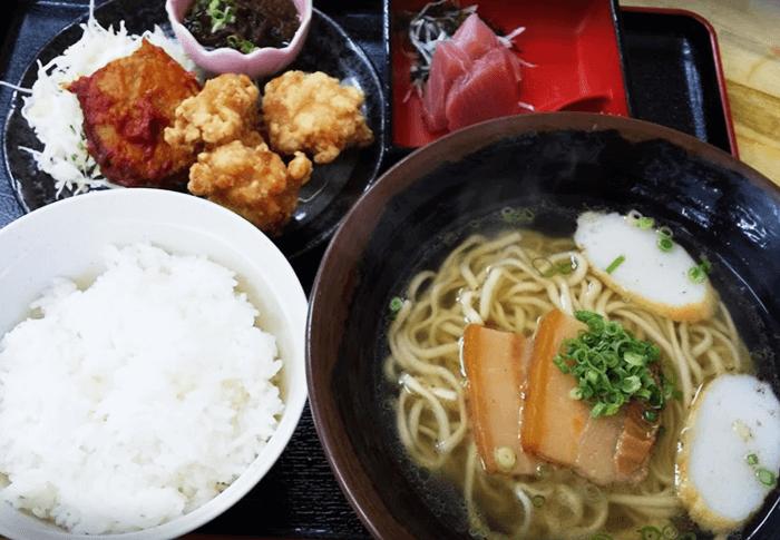 『やちむん食堂』沖縄そばセット