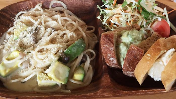 『アボカド食堂』アボカドプレート(アボカドとキノコのクリームチーズ)