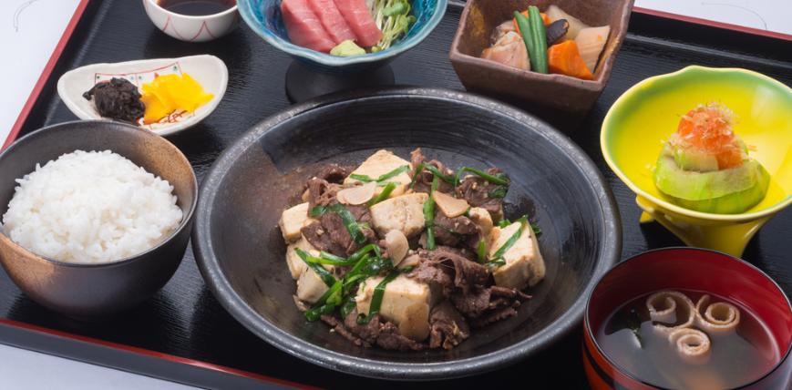 『大衆料理 南風原御殿』牛肉豆腐とにんにくニラ炒め定食