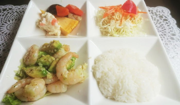 『アボカド食堂』アボカドと海老のガーリックバターソテー