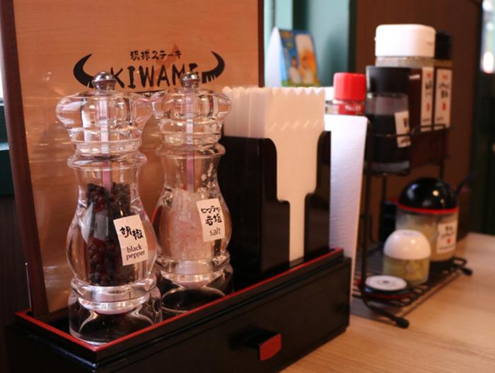 『琉球ステーキ究(KIWAME)』テーブルに置かれた調味料