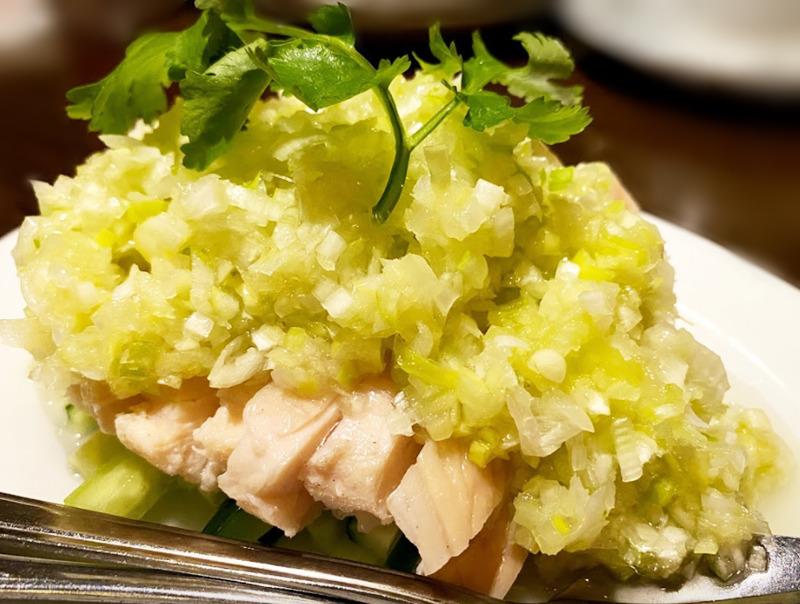 燕郷房(ヤンキョウファン)葱油鶏(蒸し鶏の冷製ネギ・生姜ダレがけ)